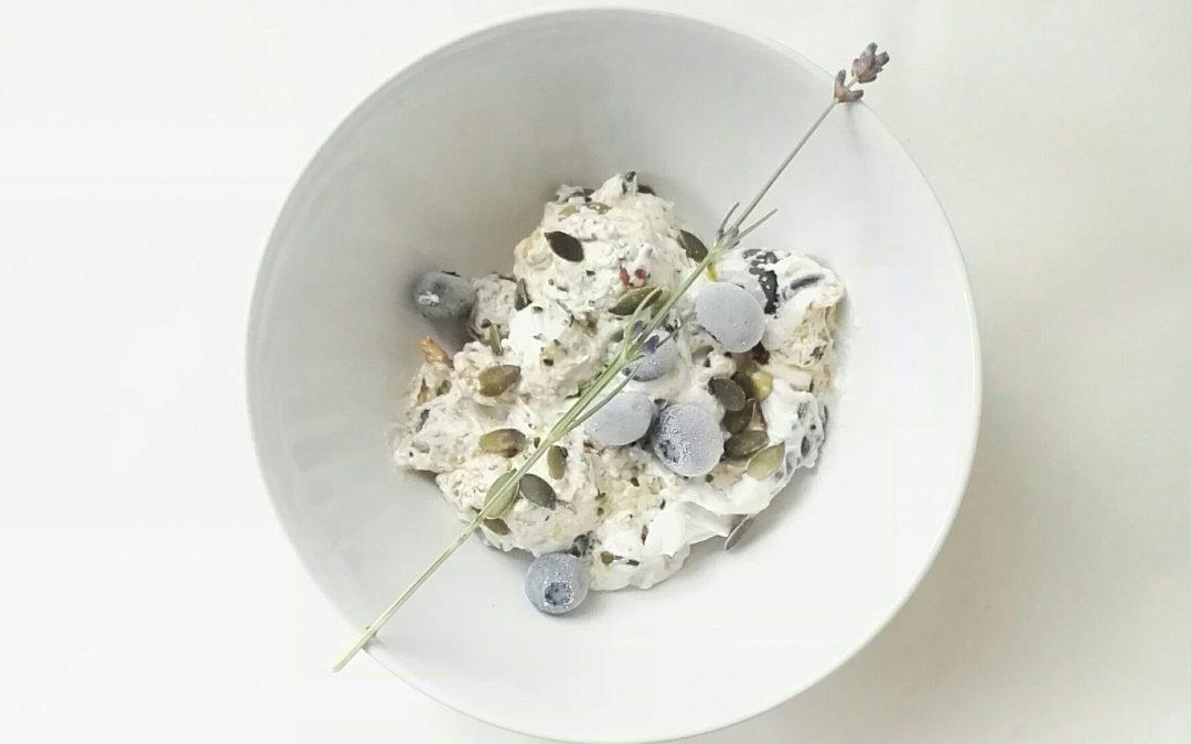 Kokosyoghurt met bessen, pitten & kaneel